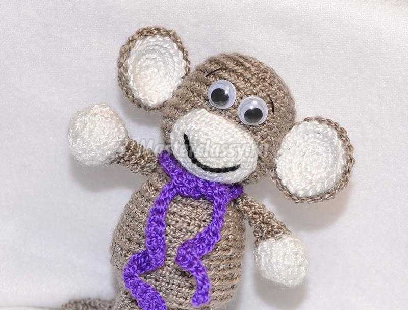 весёлая игрушка обезьянка