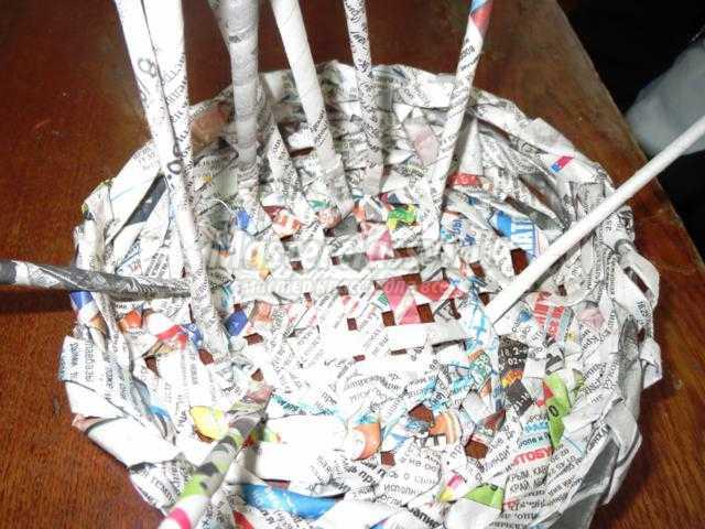 чашка для мамочки из газетных трубочек