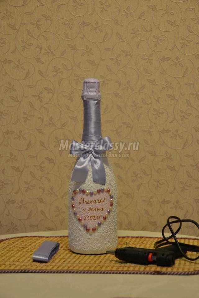 декупаж свадебного шампанского. Два голубка