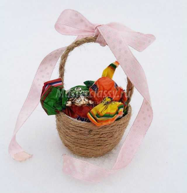 корзинка из шпагата с цветами на 8 Марта