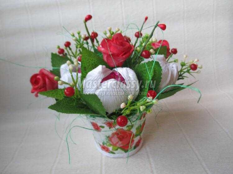 цветочная композиция из конфет на 8 Марта