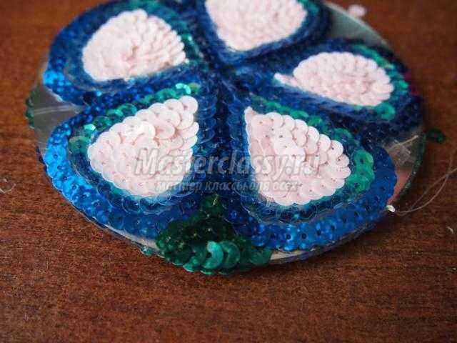 подвесная игрушка из пайеток. Цветочек