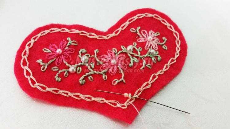 сердечко из фетра с вышивкой ко Дню Валентина