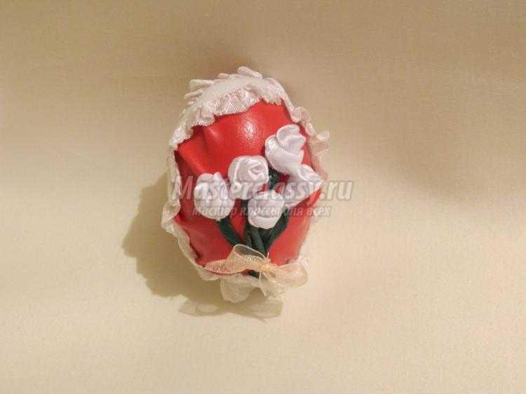 пасхальное яйцо, декорированное бисером и цветами из лент