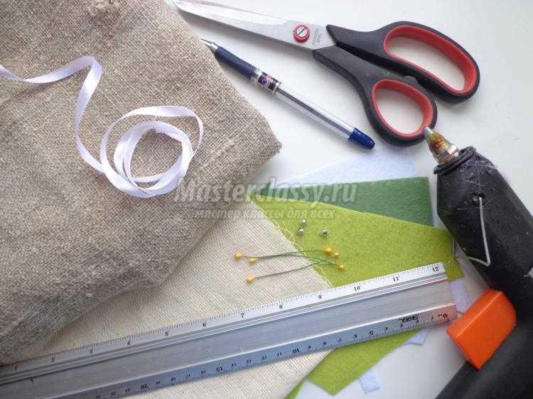 весенняя подвеска из мешковины и фетра