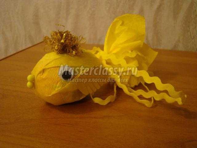сладкий подарок из киндер-сюрприза. Золотая рыбка