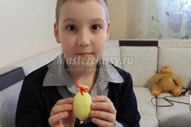 пасхальная композиция из яиц и креповая бумага цыплята