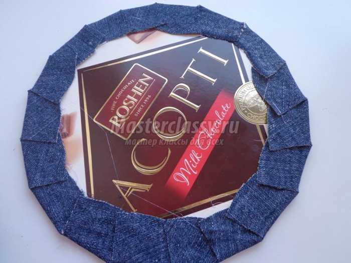 Подвеска из джинсовой ткани и картона