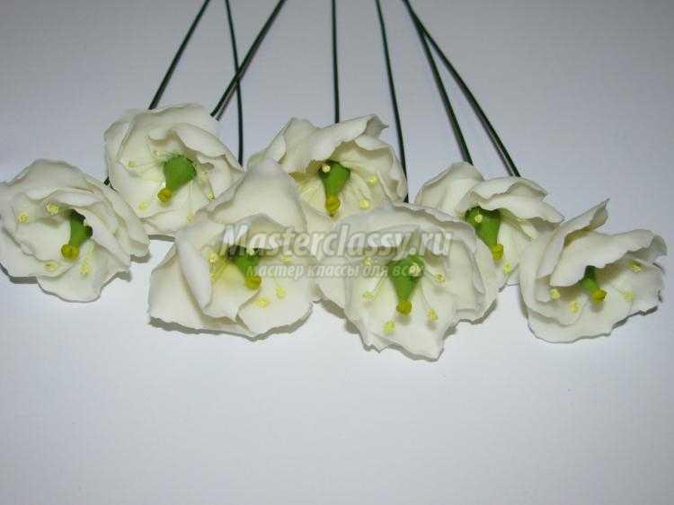 венок-оберег с цветами из холодного фарфора