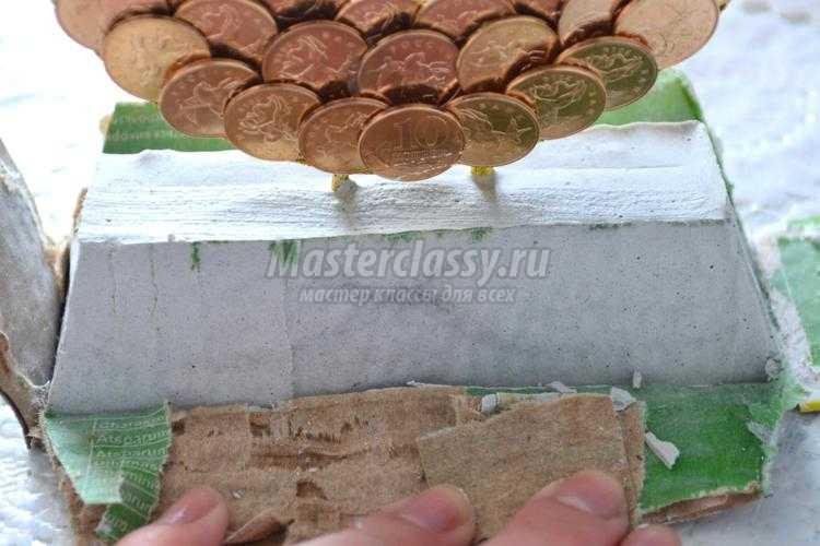 денежная подкова на слитке золота