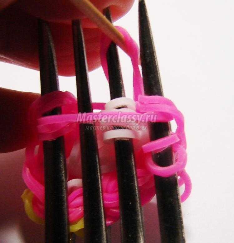 игрушка-брелок из резинок на вилках. Совушка