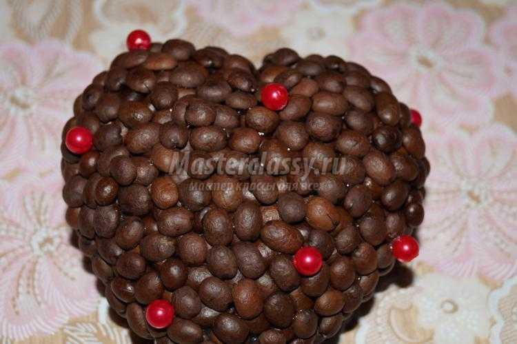 дерево из кофейных зерен в форме сердца
