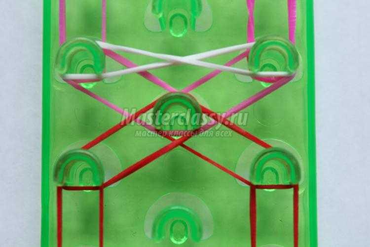 браслет из цветных резинок на станке