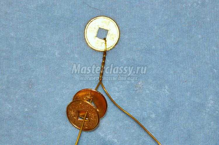золотое денежное дерево из декоративных монет