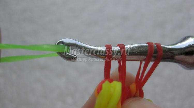 летний браслет из резинок rainbow loom с цветы