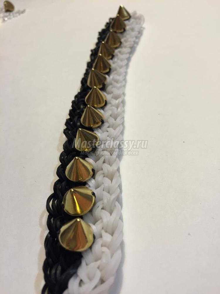 браслет из резинок с шипами на рогатке