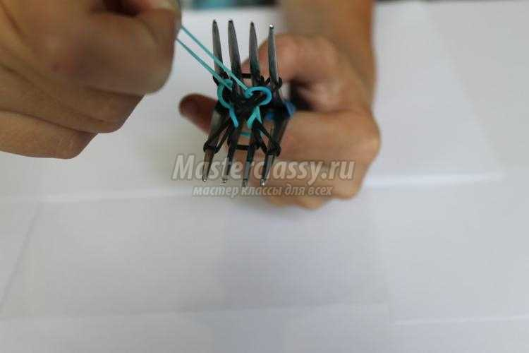 круглый двухцветный браслет из резинок на вилках