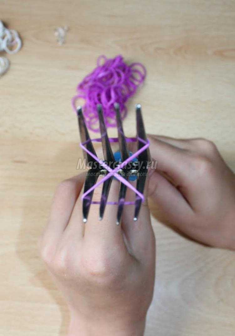 Четырехслойный браслет из резинок на вилке