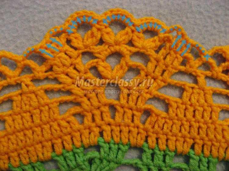 зелёно-жёлтая вязаная шляпка с цветком
