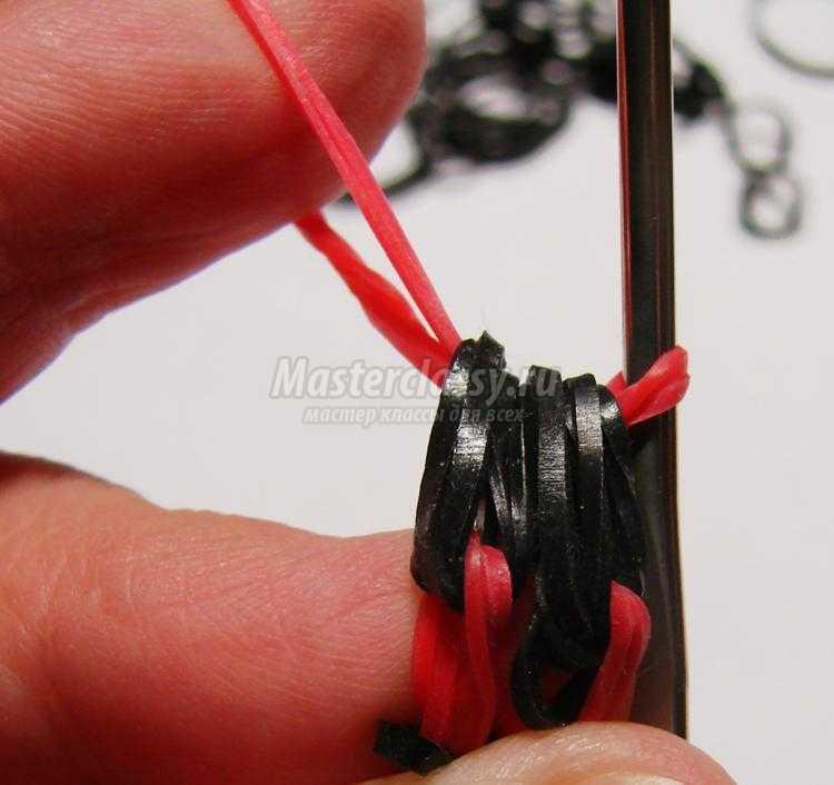 простой браслет из резинок крючком. Красное и черное
