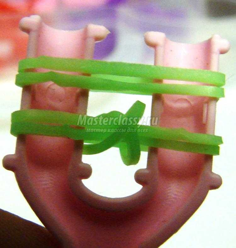 браслет из резинок на рогатке. Изумрудная змейка