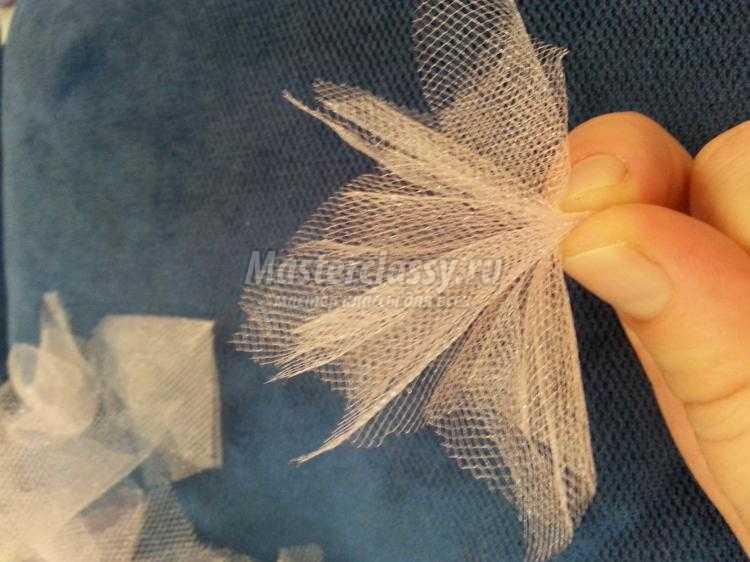 пышный цветок из ткани на повязку