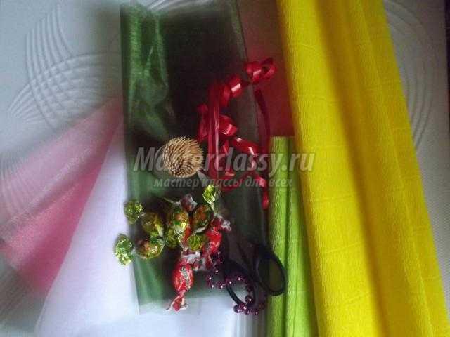 сладкий букет из конфет в корзинке