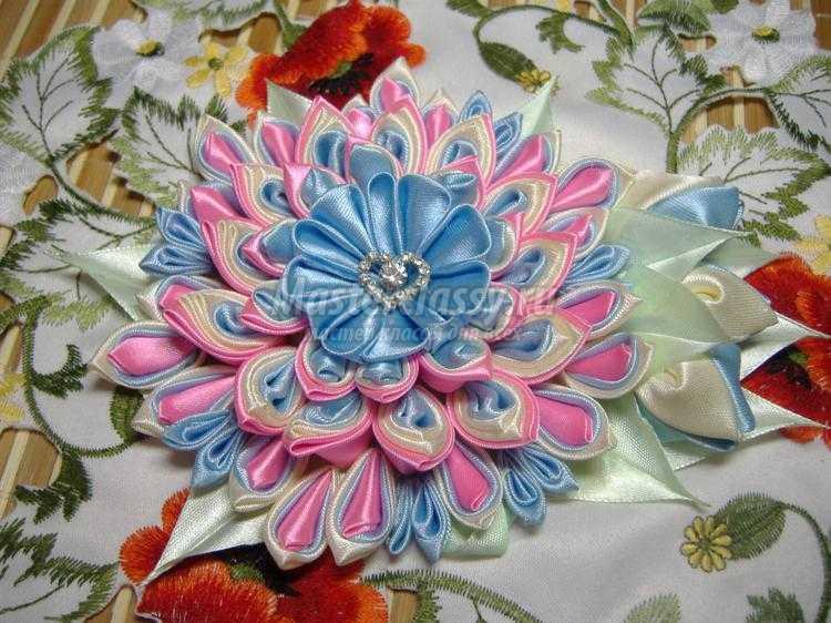 многослойный цветок в технике канзаши