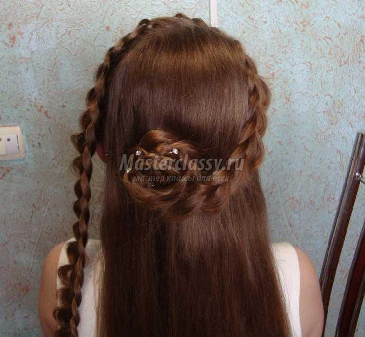 прическа на выпускной с цветами из кос