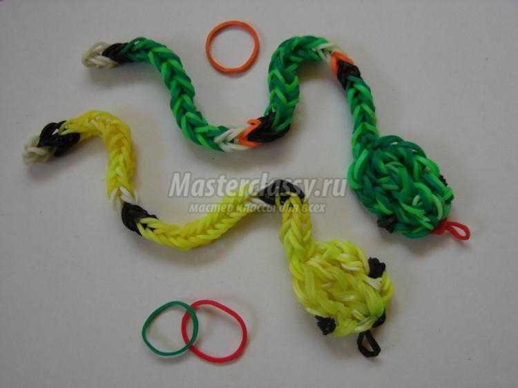 Плетение из резиночек змея на рогатке