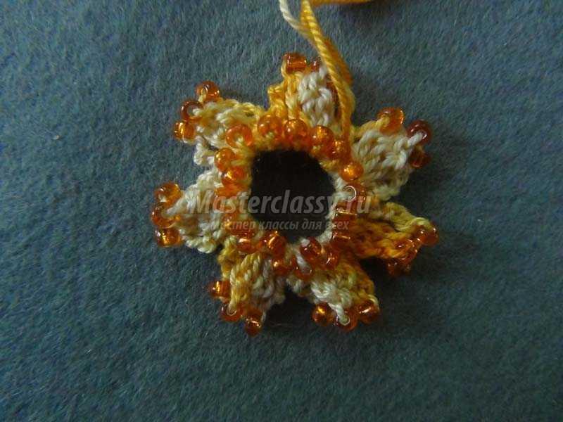 серьги из вязаных цветочков