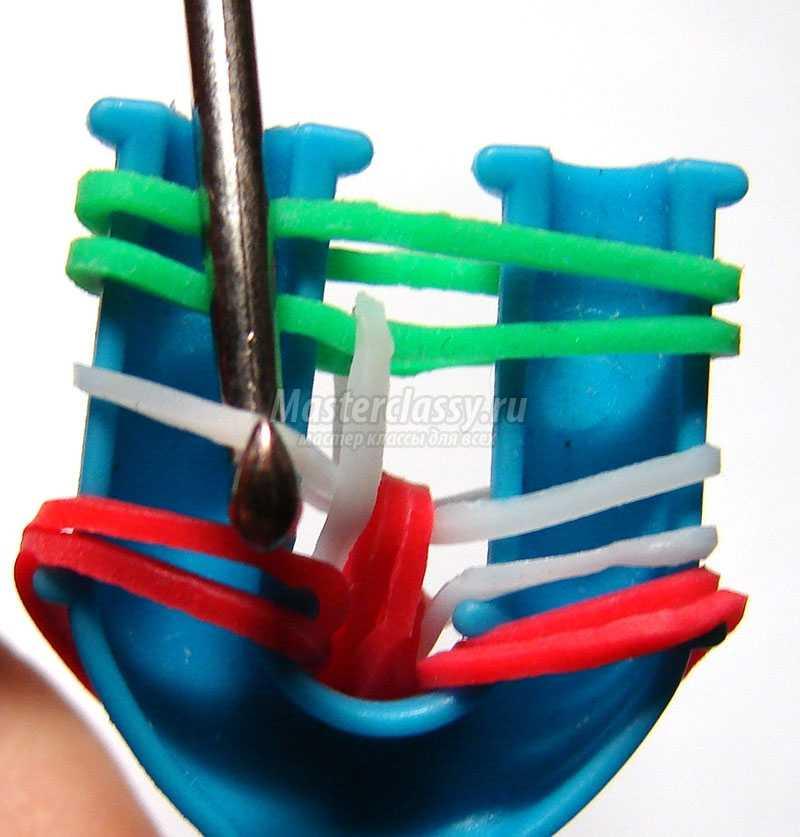 плести браслеты из резинок на рогатке видео