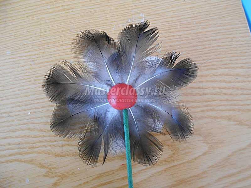 сделать цветы из перьев