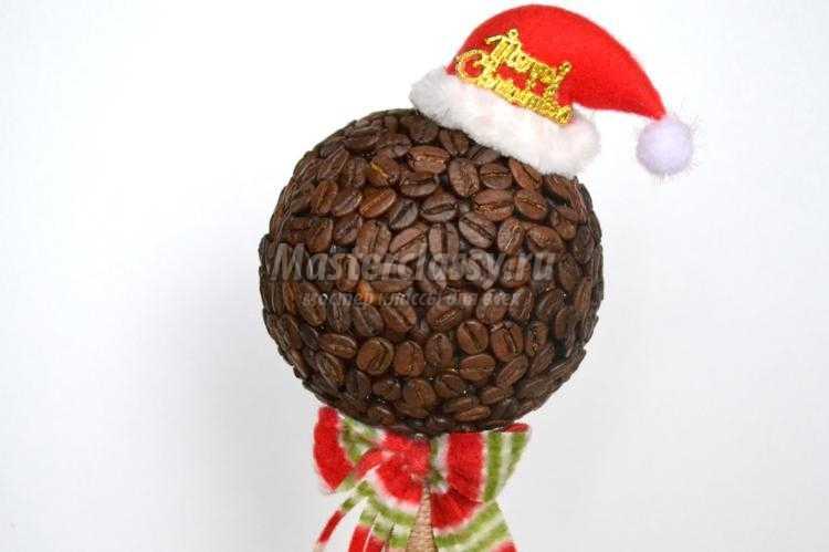 новогодний топиарий из кофейных зерен. Санта