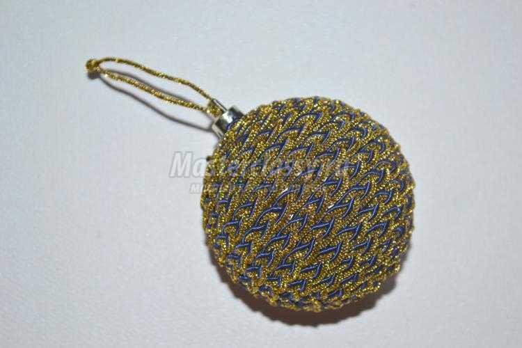 декор старой елочной игрушки текстильным шнуром