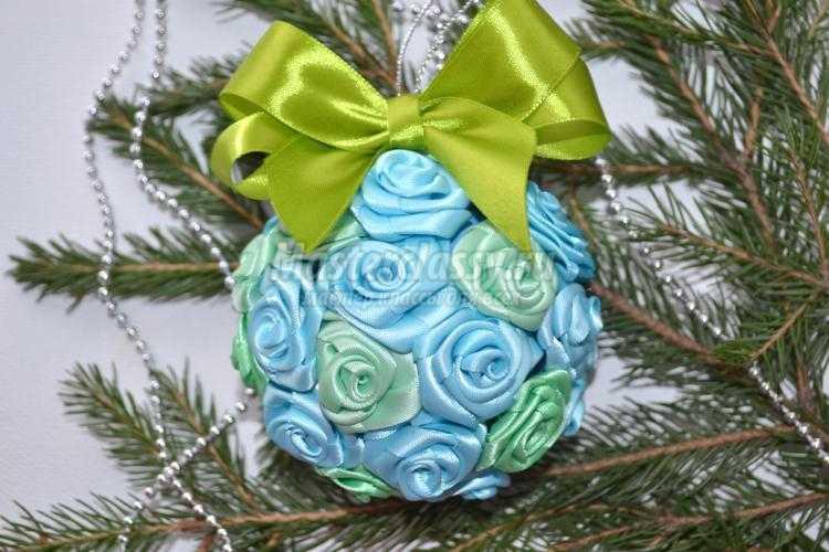новогодний шар на елку из атласных лент