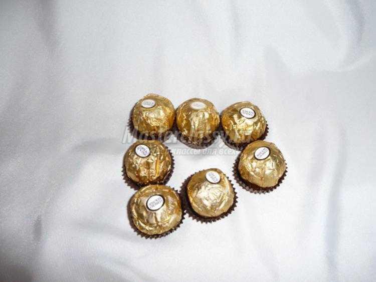 новогодний букет из конфет. Темный бархат