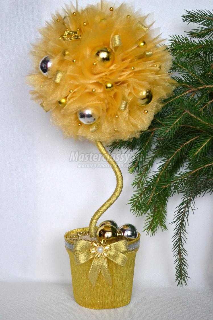 новогодний топиарий из органзы и елочных игрушек