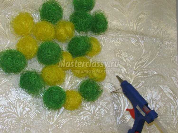 яркий топиарий из шариков сизаля