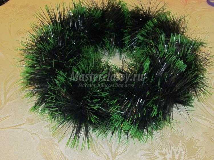 новогодний венок из мишуры и елочных шаров