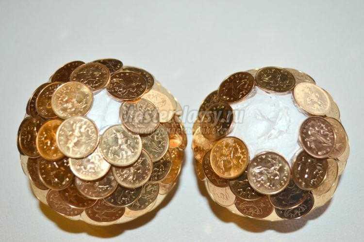 золотой денежный топиарий из монет