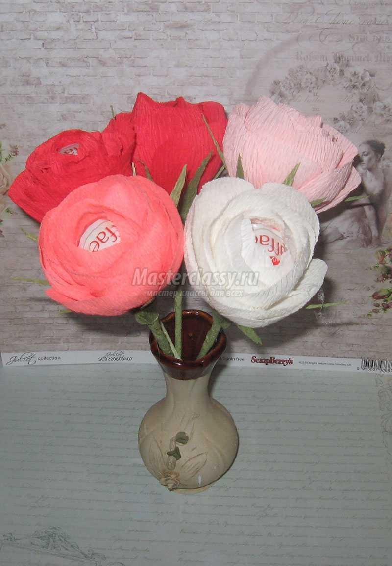 Розы с конфетами из гофрированной бумаги. Мастер - класс Книга Своими Руками из Бумаги
