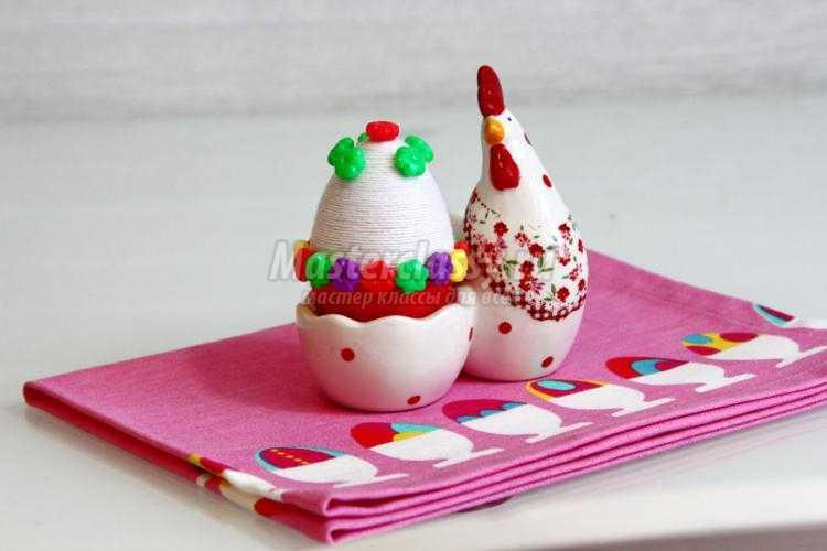 пасхальное яйцо, декорированное нитками и пуговицами
