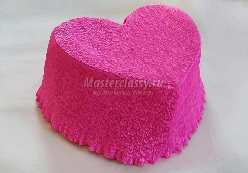 сердце из конфет и гофрированной бумаги