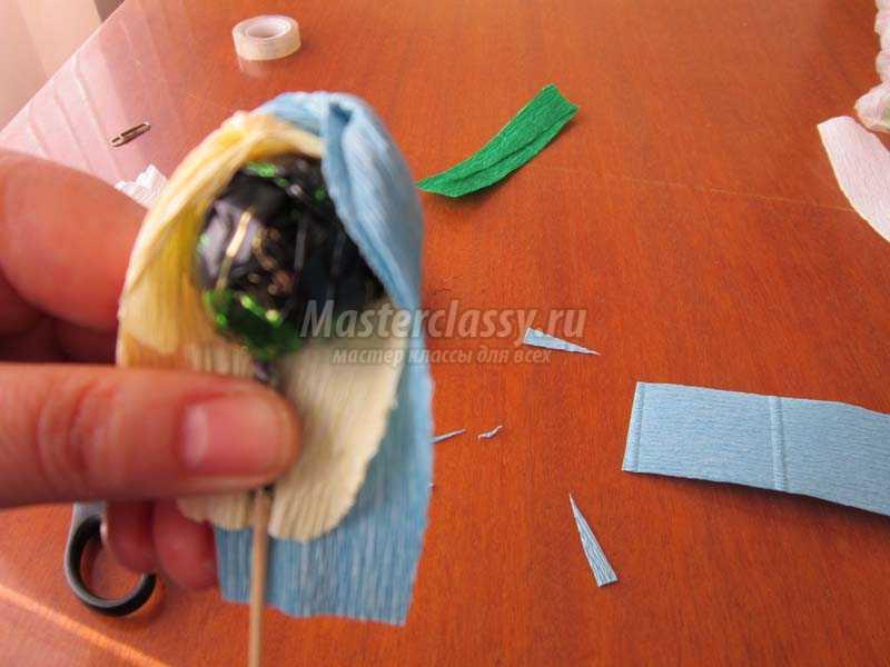 крокусы из конфет своими руками